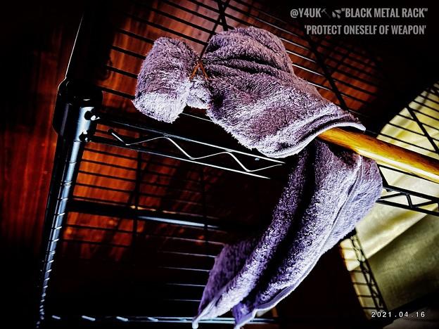 """4.16部屋改造計画第100弾""""ゾンビ家から自分らしさを守るための武器の1つ。組み立て中タオル破け叩き続け発散""""protect oneself of weapon.""""black metal rack"""""""