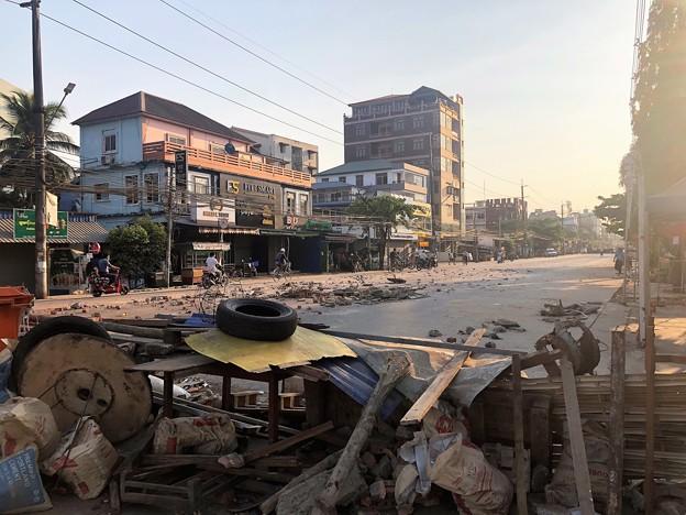 ミャンマーデモ隊の道路封鎖 (2)