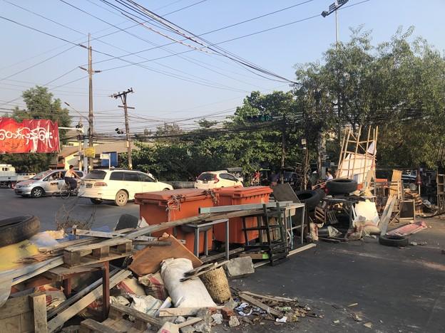 ミャンマーデモの道路封鎖 (1)