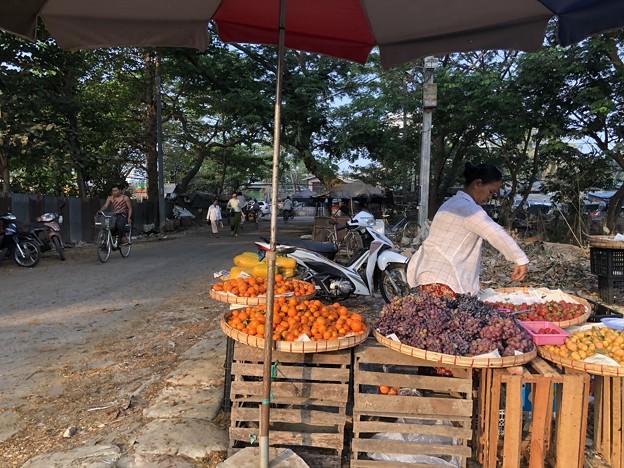 戒厳令下のヤンゴンの市場 (11)