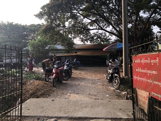 戒厳令下のヤンゴンの市場 (10)
