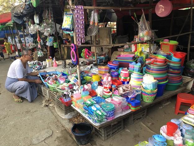 戒厳令下のヤンゴンの市場 (7)