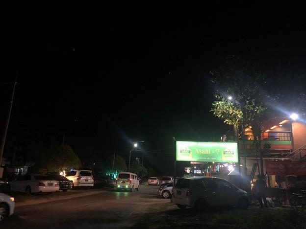 Photos: 夕暮れとヤンゴンのビアハウス (2)