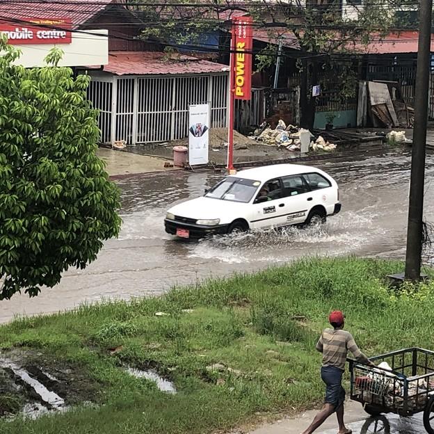 道路冠水のヤンゴン (2)