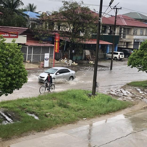 道路冠水のヤンゴン (1)