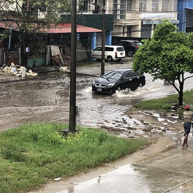 道路冠水のヤンゴン (3)