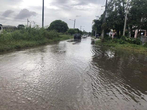 雨季のヤンゴン 雨上がりの道路 (1)