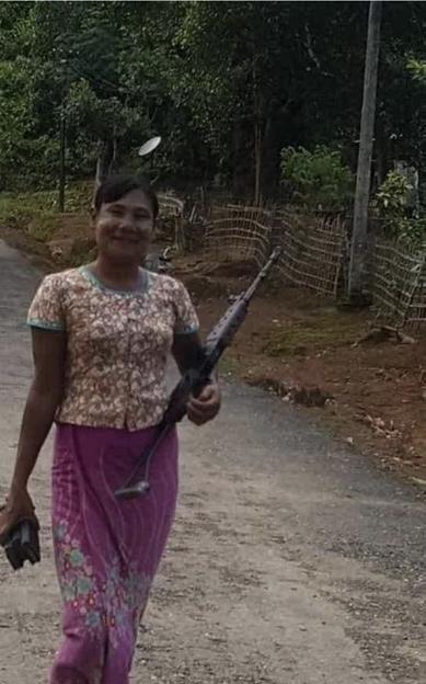 銃を担ぐミャンマーのおばさん (3)