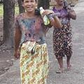 銃を担ぐミャンマーのおばさん (2)