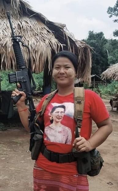 銃を担ぐミャンマーのおばさん (1)