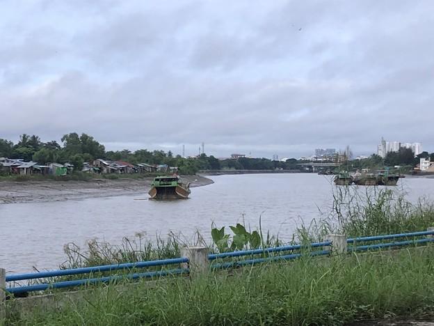 川に浮かぶ船 (2)