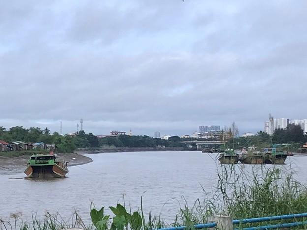 川に浮かぶ船 (1)
