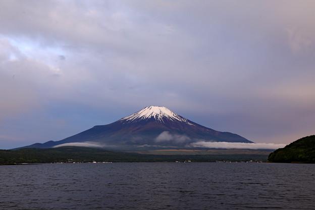 梅雨富士の朝