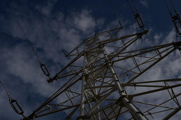 空にそびえ立つ鉄塔
