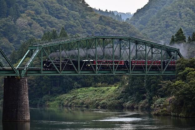 阿賀野川徳沢橋梁を渡るC57180