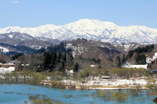 飯豊山と白川湖