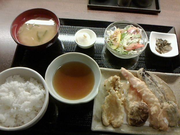 海鮮居酒屋&FISH 「天ぷら定食」880 円食後ホット付き