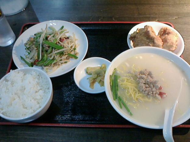 好好よしよし「日替わりランチ」ライスお替わり自由770 円ニラともやし炒め唐揚げ豚骨ラーメン