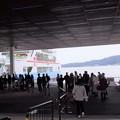 フェリーには多くの観光客が乗船