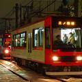 「残雪の敷石」を照らす電車…梶原