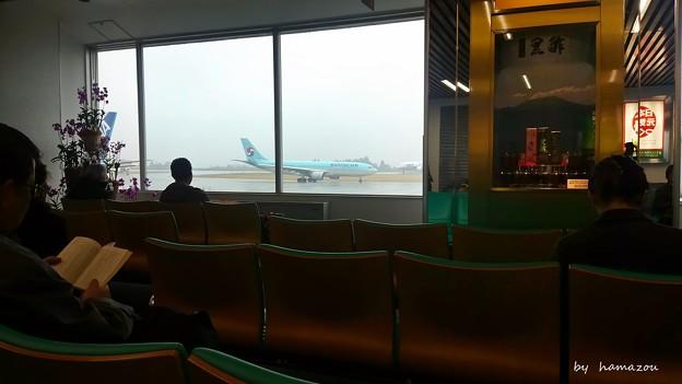 雨の搭乗待合室