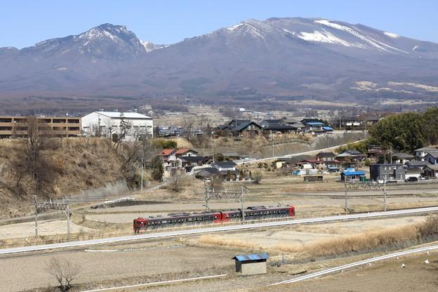 雪解け進む浅間山の麓を走る115系電車@御代田~平原