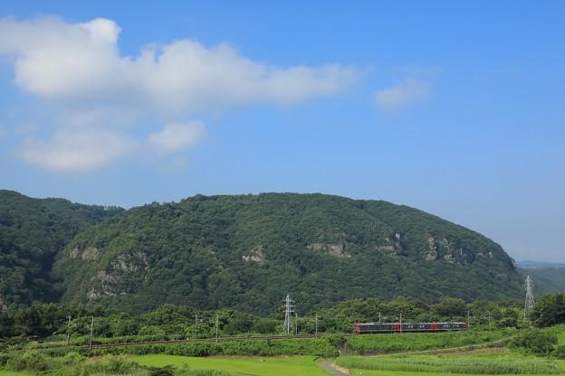 夏空広がる山間部を走る115系@小諸~滋野