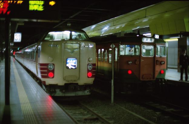 絞り開放の作例-クハ183‐851と113系のツーショット