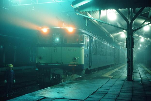EF63の連結を待つ荷2046レ