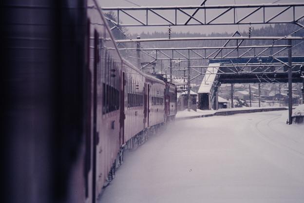 鶴ヶ坂駅に滑り込む626レ