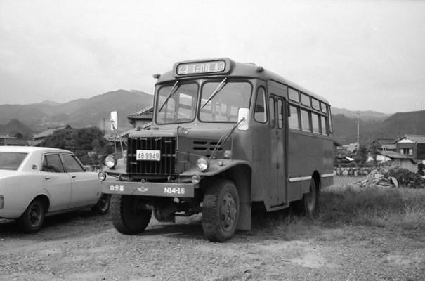 航空自衛隊白山基地の送迎用ボンネットバス