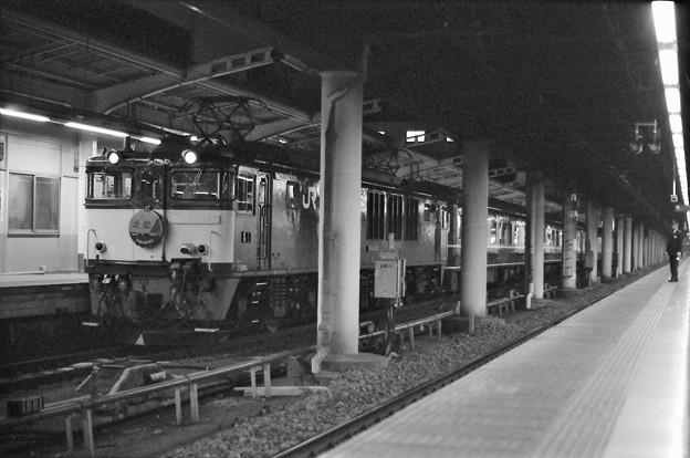 Photos: 絞り開放の作例(上野駅16番線に停車中の寝台特急「北陸」)
