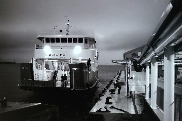 Photos: 絞り開放の作例(雨の高松港にて)