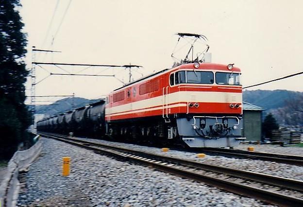 E851形が牽引するセメント返空貨物列車
