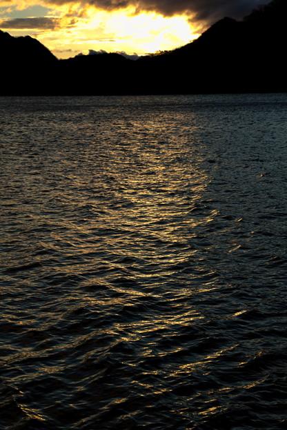 光射す湖面