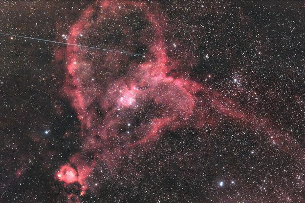 キューピットの矢が刺さったハート星雲