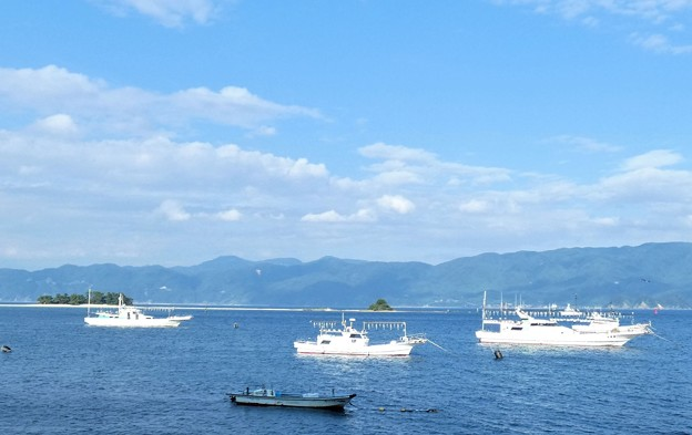 Photos: 水島と漁船