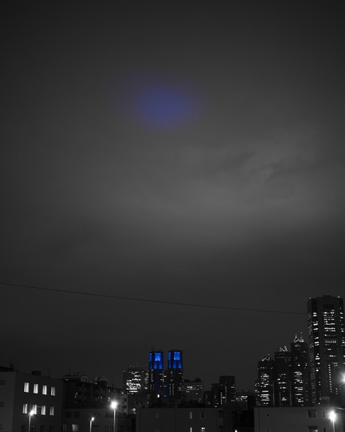 空に届く都庁の光
