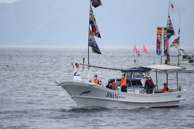 船で聖火リレー