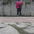 ベルリンの壁の前に立つ