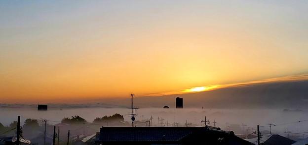 霧に浮かぶ街