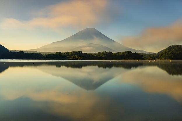 Photos: 雲流れる逆さ富士