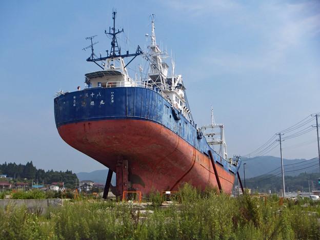 津波で打ち上げられた漁船 (震災後をたどって 13)