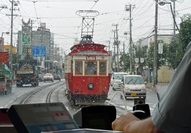 雨を走る函館市電