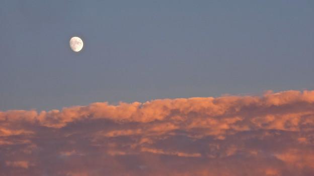 月(2) 砂漠の月?