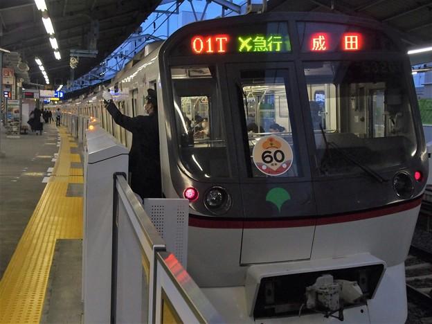 京急線平和島駅3番線 都営5320F(浅草線開業60周年HM)エアポート急行成田行き側面よし
