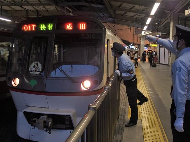 京急線品川駅2番線 都営5316F(相互直通30周年HM)快速特急成田行き