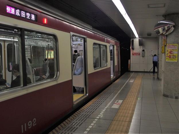 都営浅草線五反田駅2番線 京急1185F快速成田空港行き