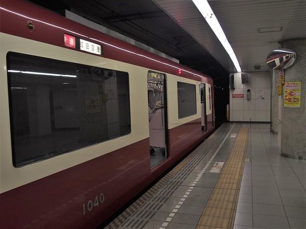 都営浅草線五反田駅2番線 京急1033F快速成田空港行き