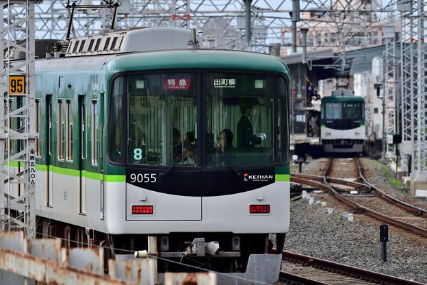 2021_0502_162802 1番線に到着する上り電車と4番線に停車中の下り電車